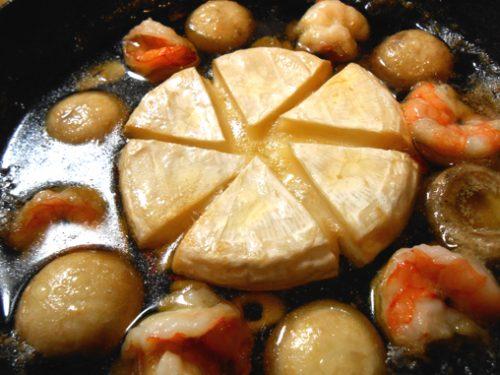 マッシュルームとエビとカマンベールチーズのアヒージョ